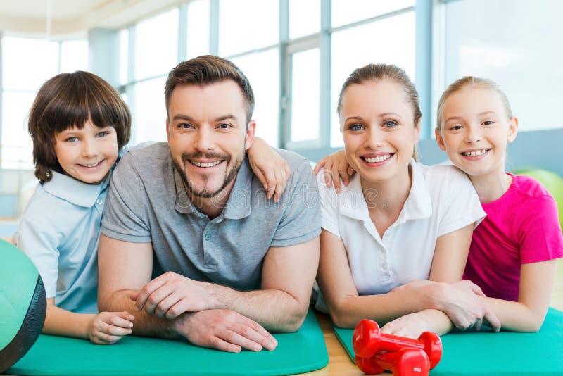 Família feliz no clube de aptidão imagem de stock