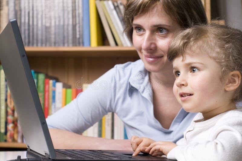 Família feliz no computador