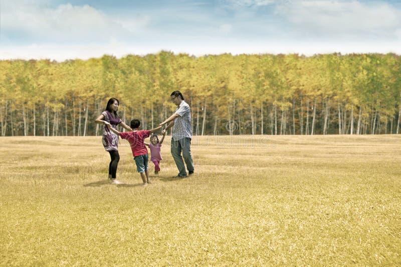 Família feliz no dia do outono fotografia de stock royalty free