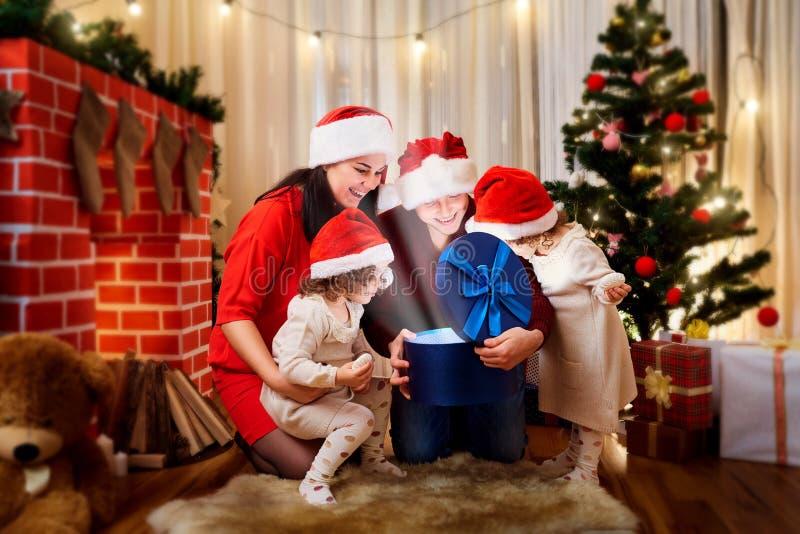 Família feliz no Natal, um ano novo feliz Mãe, pai e imagem de stock royalty free