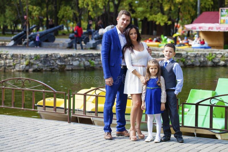 Família feliz no parque do outono foto de stock
