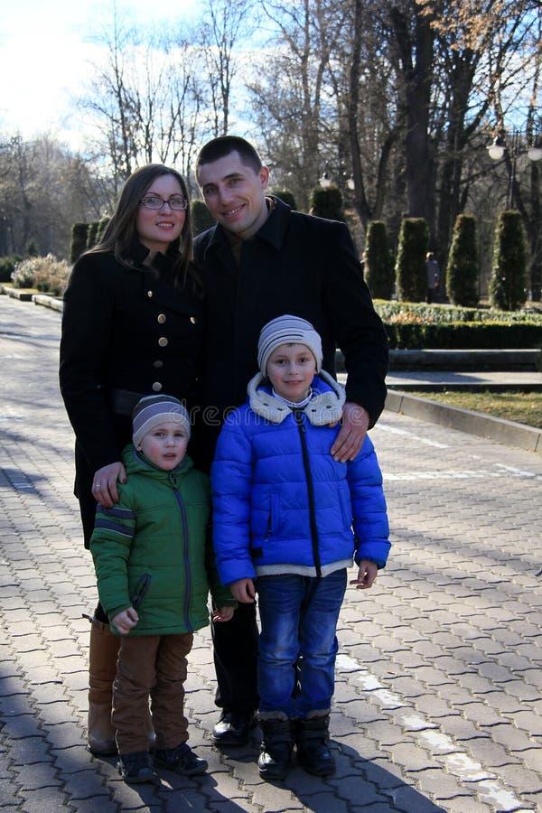 Família feliz no parque na mola adiantada fotografia de stock