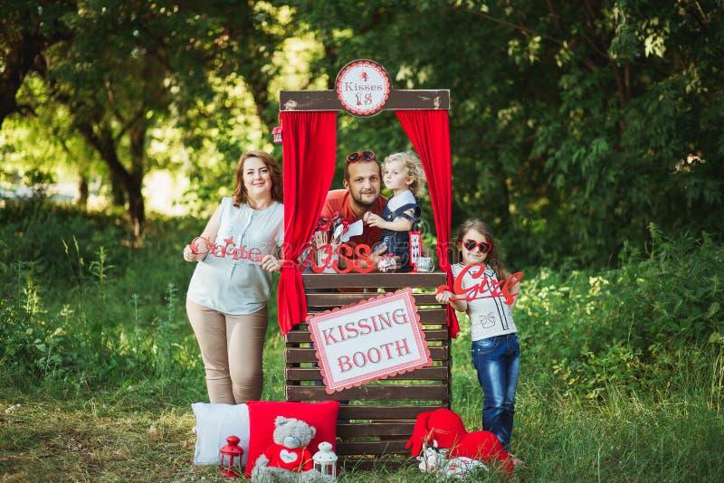Família feliz no photoshoot da natureza imagem de stock royalty free