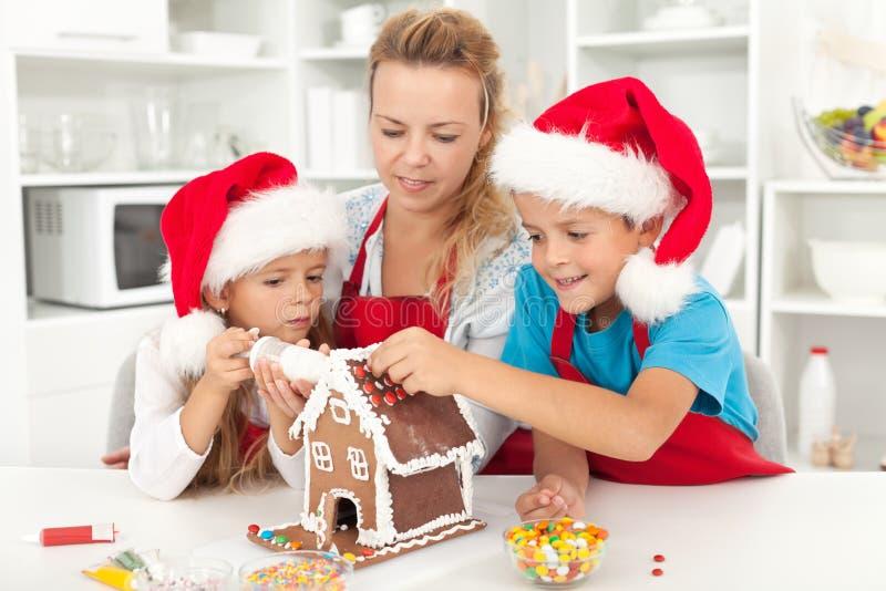 Família feliz no tempo do Natal na cozinha fotos de stock royalty free