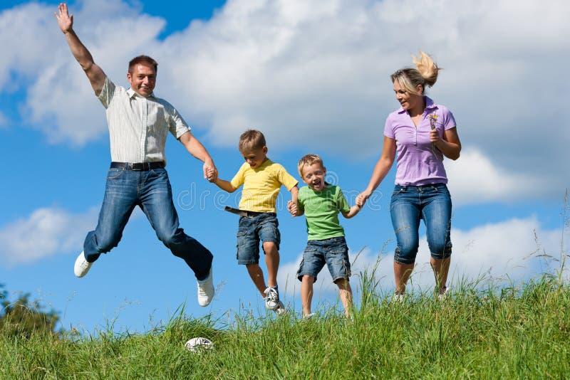 Família feliz no verão imagens de stock