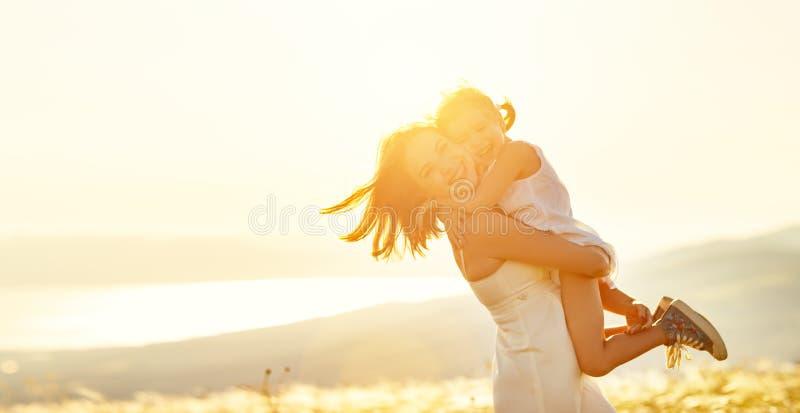 Família feliz no verão ao ar livre abraços da filha da mãe e da criança fotografia de stock royalty free