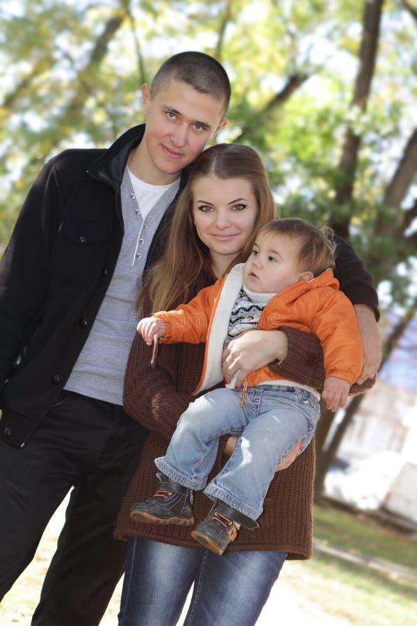 Família feliz nova com criança fotos de stock royalty free
