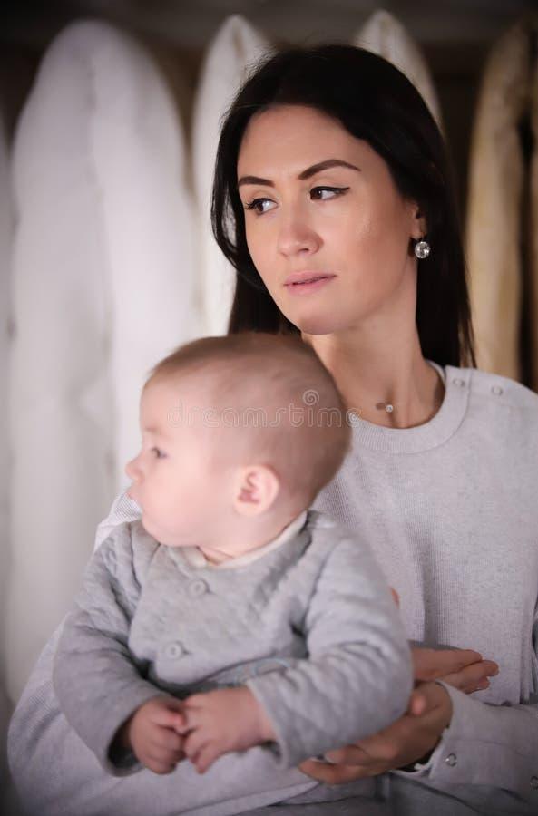 Família feliz nova na compra Matriz nova que prende um bebê fotografia de stock