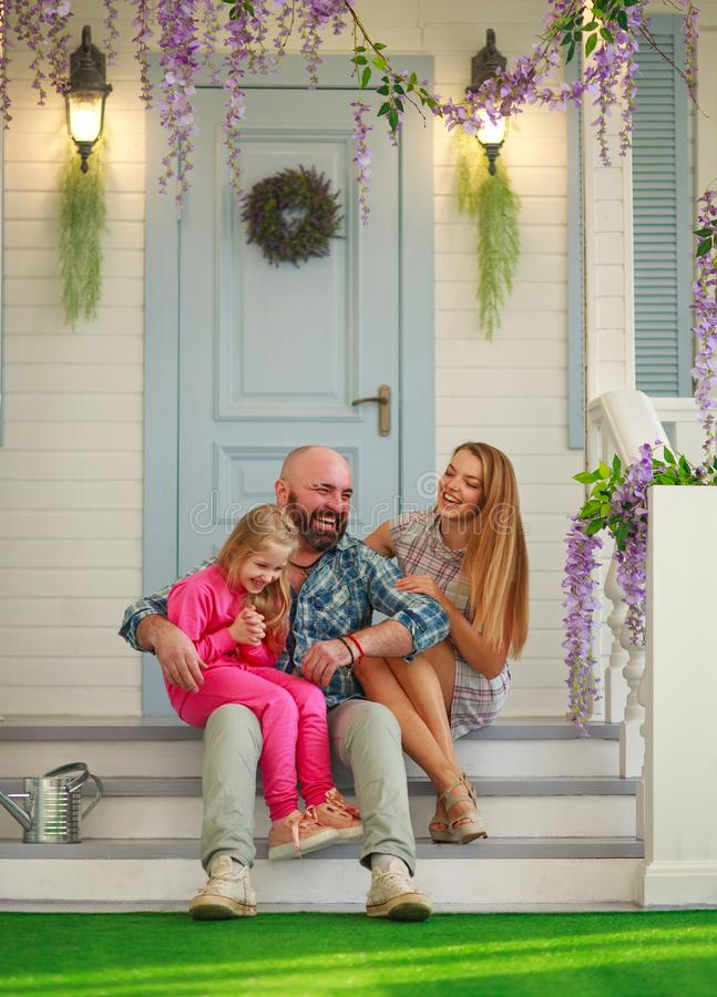 Família feliz nova que tem o divertimento no pátio da casa de verão fotos de stock royalty free