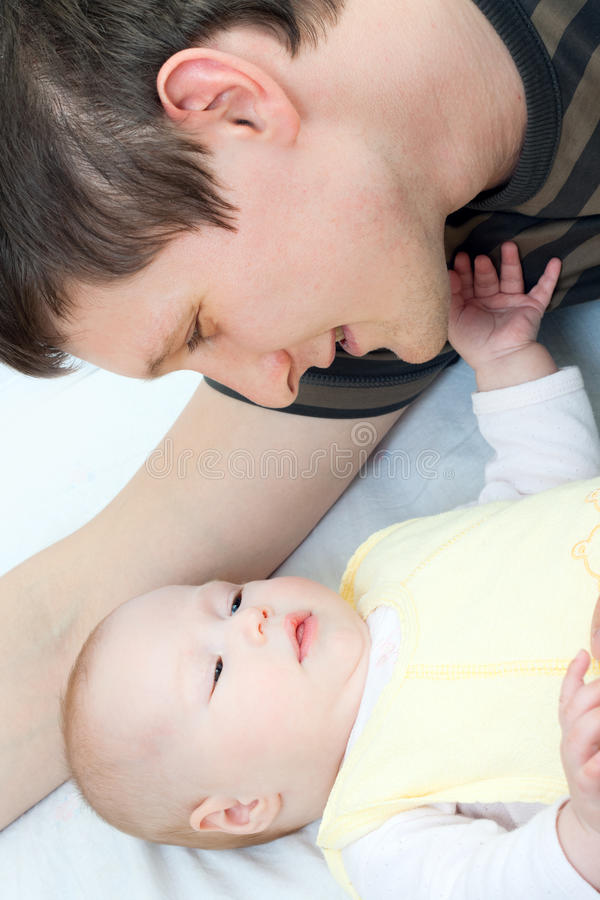 Família feliz - pai e bebê fotografia de stock royalty free