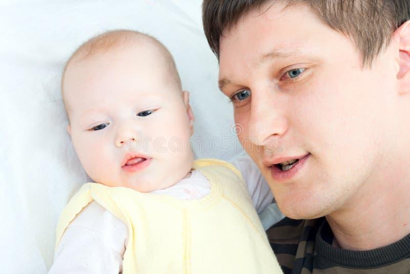 Família feliz - pai e bebê imagem de stock