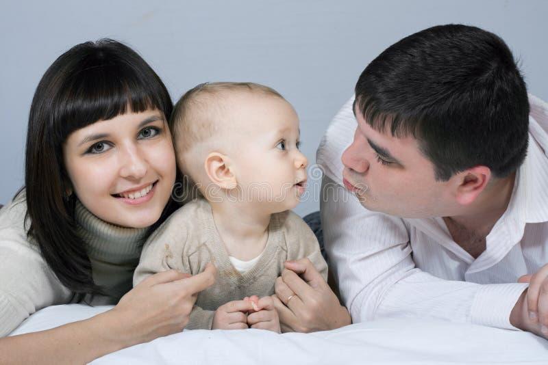 Família feliz - pai, matriz e bebê fotos de stock