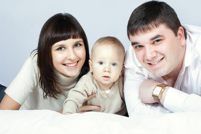 Família feliz - pai, matriz e bebê foto de stock
