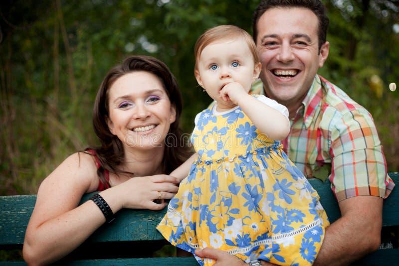 Família feliz - pais e filha do bebê imagens de stock