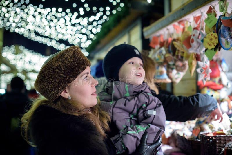 A família feliz passa o tempo em uma feira do mercado de rua do Natal na cidade velha de Salzburg, Áustria Feriados, conceito Mãe fotos de stock royalty free
