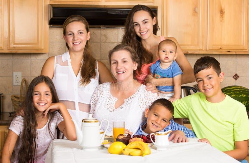 Família feliz pronta para comer o café da manhã fotografia de stock
