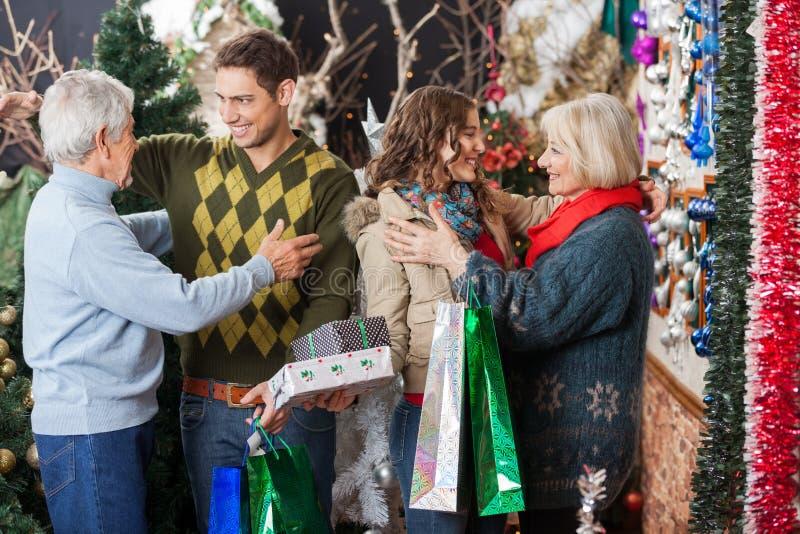 Família feliz que abraça na loja do Natal imagens de stock