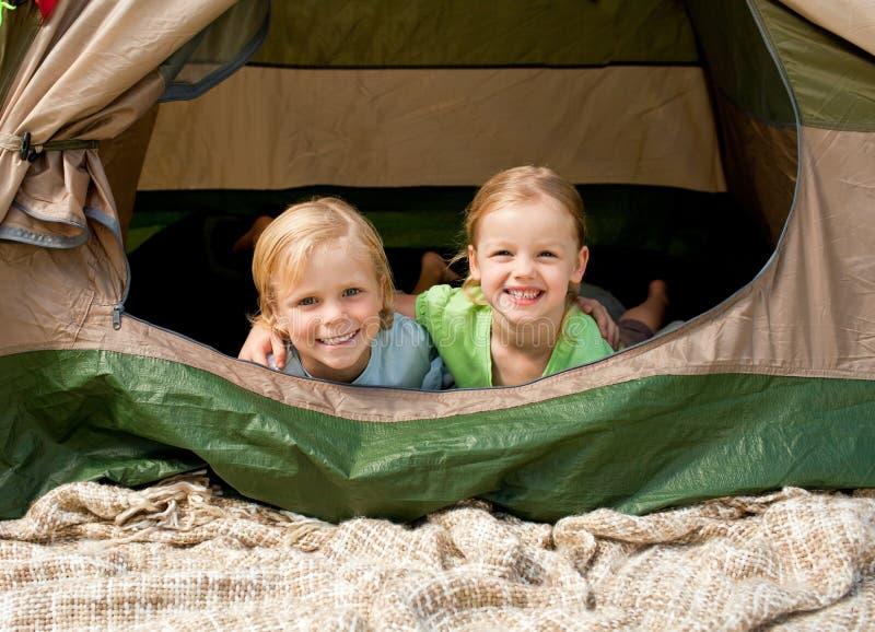 Família feliz que acampa no parque fotos de stock
