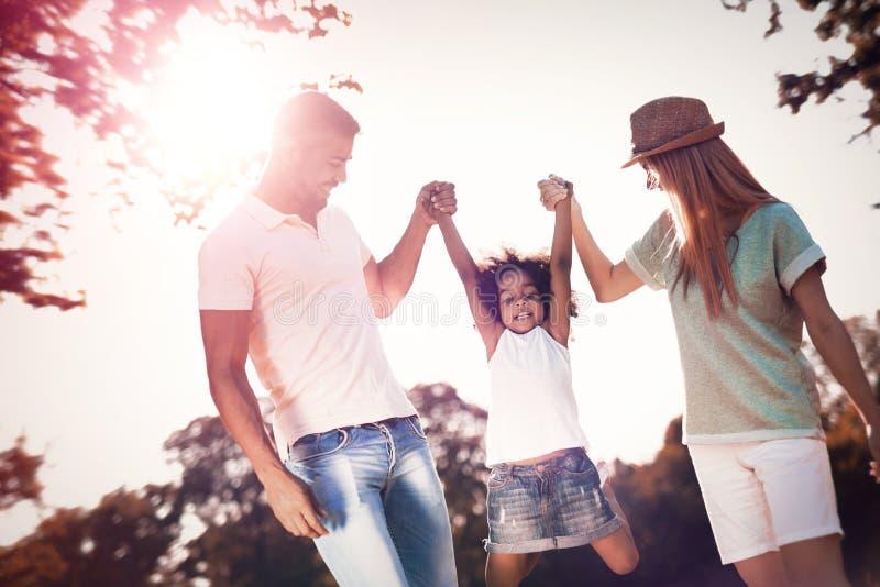 Família feliz que anda na natureza com criança imagens de stock