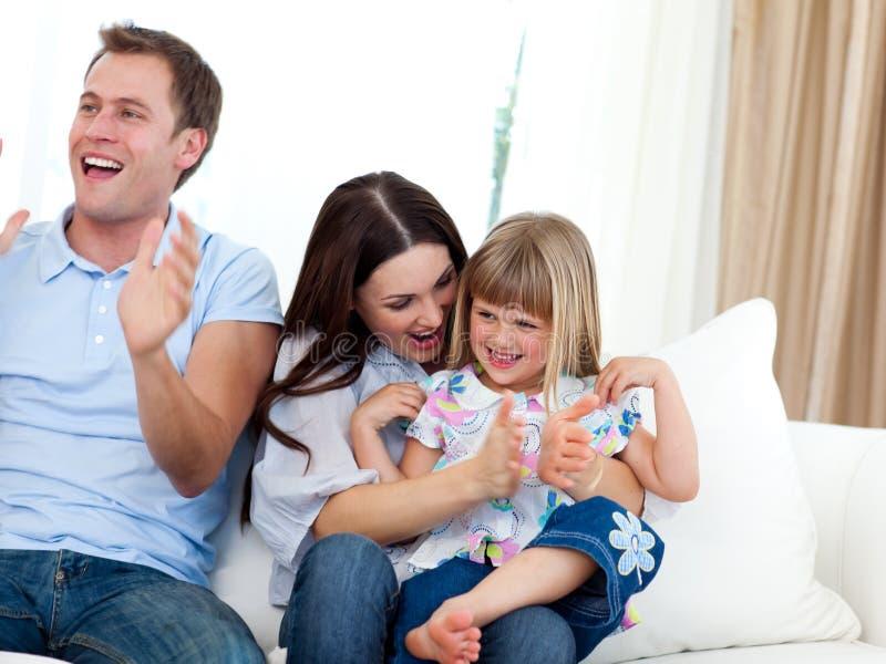 Família feliz que aplaude um objetivo imagens de stock royalty free