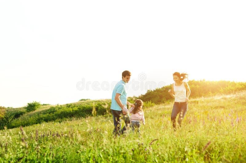 Família feliz que tem o divertimento fora imagens de stock