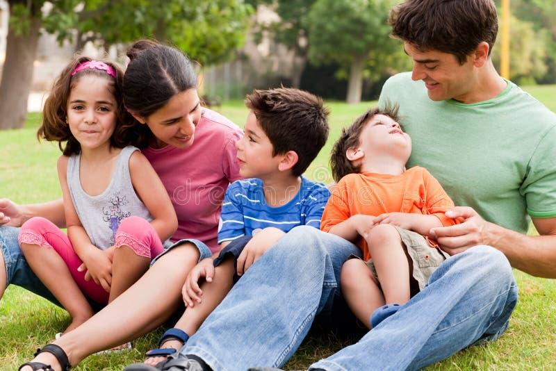 Família feliz que aprecia o dia de verão no parque foto de stock