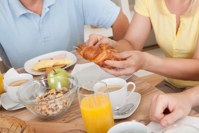 Família feliz que aprecia o pequeno almoço imagens de stock royalty free