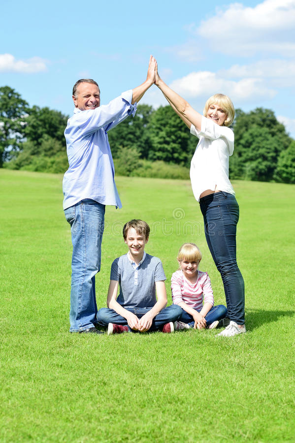 Família feliz que aprecia seu dia para fora fotos de stock royalty free