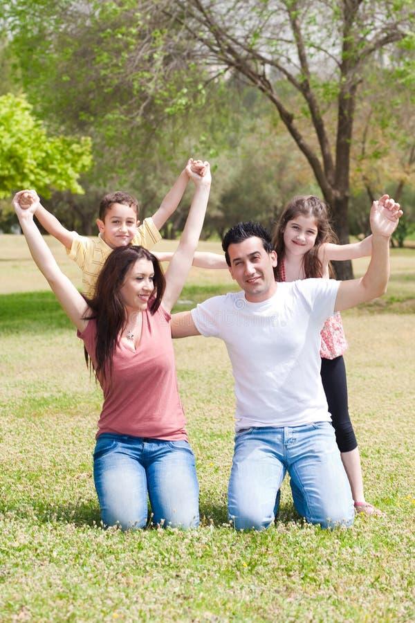 Família feliz que aprecia seus feriados foto de stock royalty free