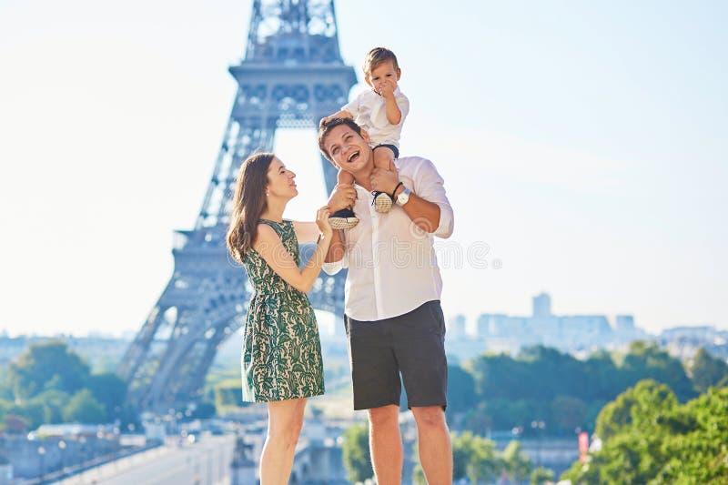 Família feliz que aprecia suas férias em Paris, França fotos de stock