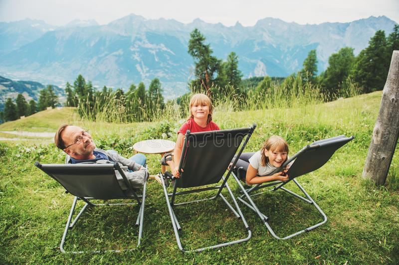 A família feliz que caminha nos cumes suíços, apreciando vista surpreendente, viaja com crianças fotos de stock royalty free