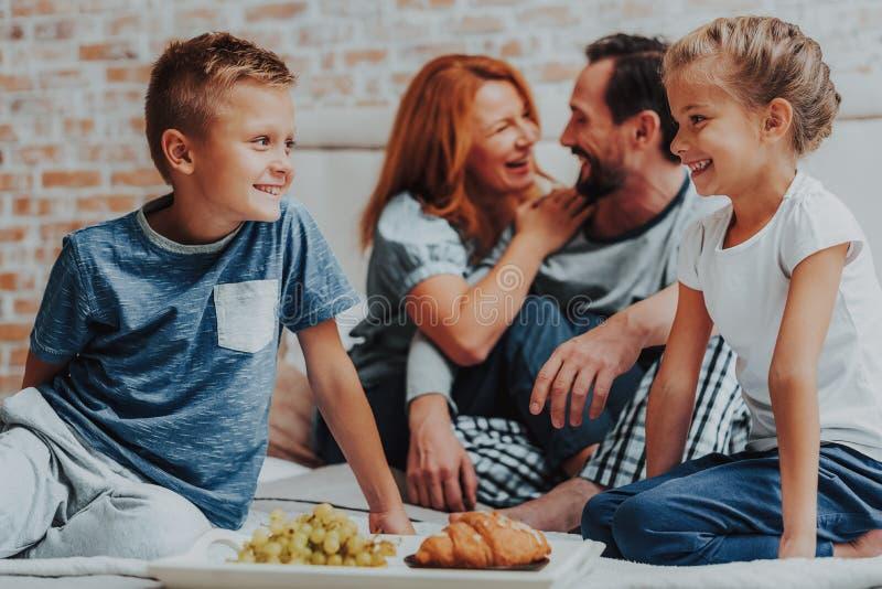 Família feliz que come o café da manhã junto na manhã fotografia de stock