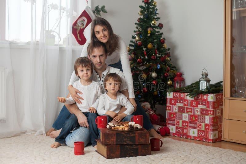 Família feliz que come o café da manhã no Natal fotos de stock royalty free