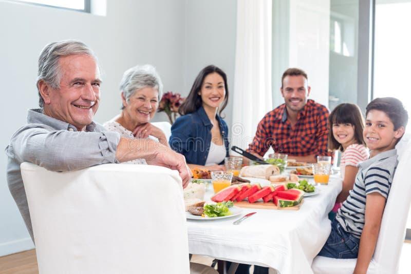 Família feliz que come o pequeno almoço imagens de stock