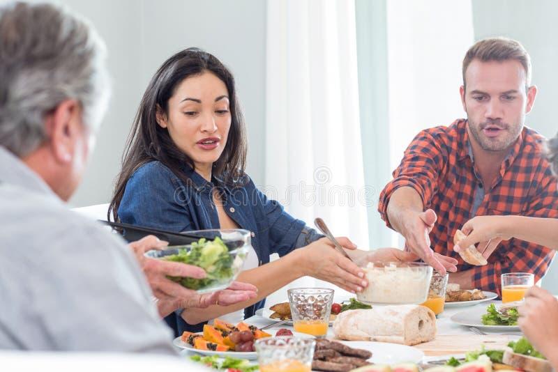 Família feliz que come o pequeno almoço fotos de stock