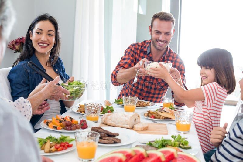 Família feliz que come o pequeno almoço foto de stock royalty free