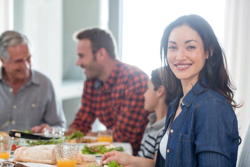 Família feliz que come o pequeno almoço fotos de stock royalty free