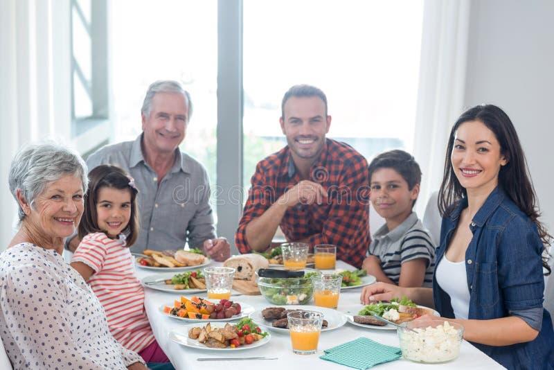 Família feliz que come o pequeno almoço imagem de stock