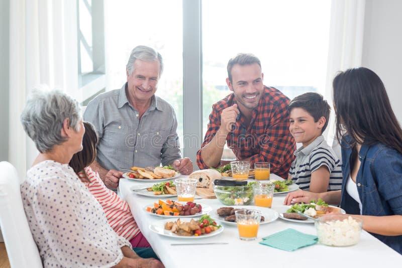 Família feliz que come o pequeno almoço foto de stock