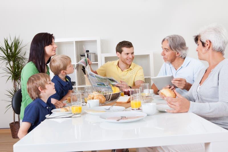 Família feliz que come o pequeno almoço junto imagem de stock royalty free