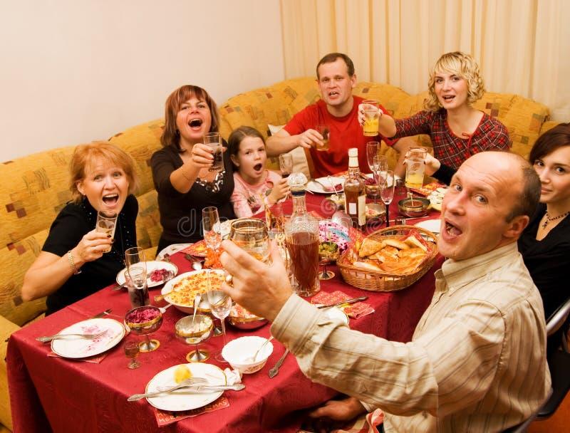 Família feliz que comemora fotografia de stock royalty free