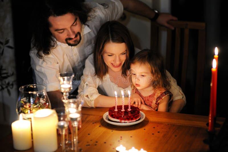 Família feliz que comemora o aniversário da filha imagens de stock royalty free