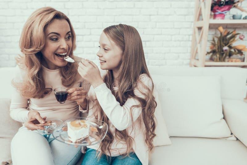 Família feliz que comemora o aniversário e que come o bolo imagens de stock