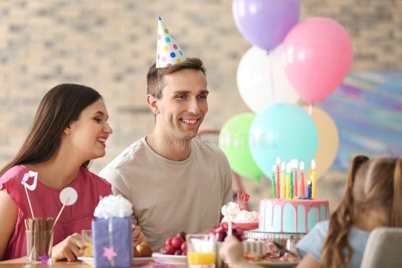 Família feliz que comemora o aniversário no partido imagem de stock