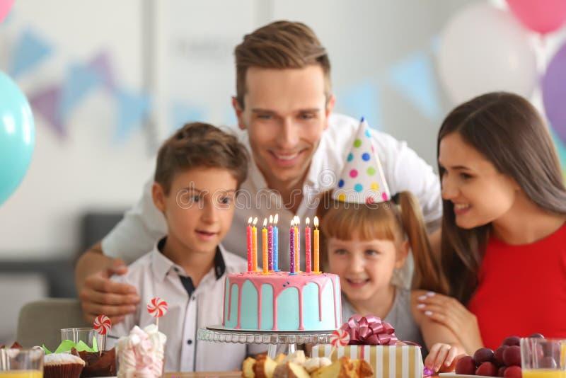 Família feliz que comemora o aniversário no partido imagens de stock royalty free