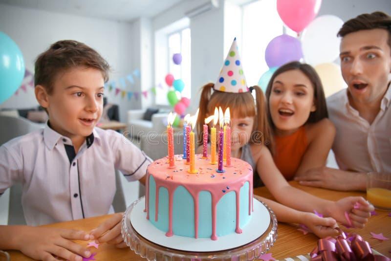 Família feliz que comemora o aniversário no partido fotografia de stock