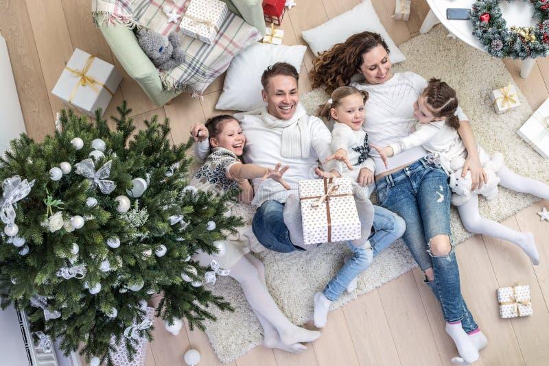 Família feliz que comemora o Natal fotografia de stock royalty free