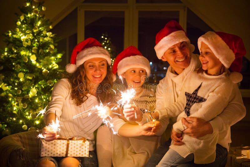 Família feliz que comemora o Natal imagem de stock