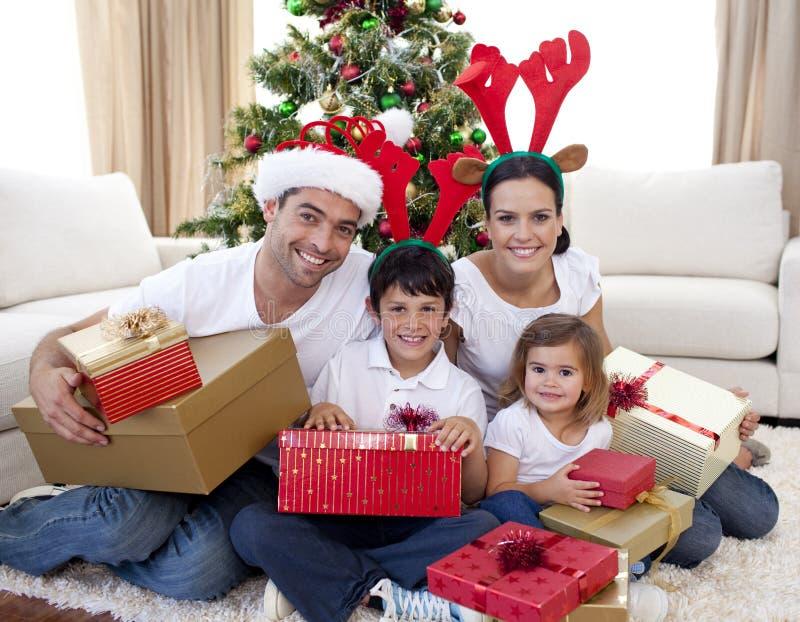 Família feliz que comemora o Natal em casa fotografia de stock royalty free