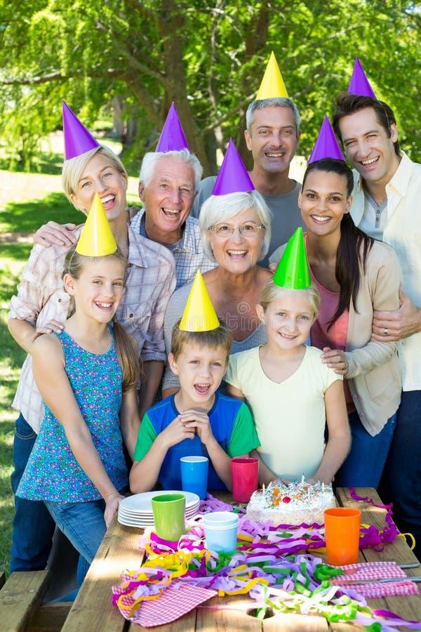 Família feliz que comemora um aniversário fotografia de stock